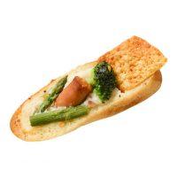 そりのパン160円ベシャメルソースにブロッコリー、ソーセージ、アスパラがマッチ。