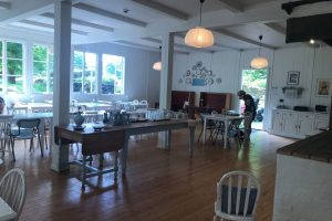 島内のカフェ店内