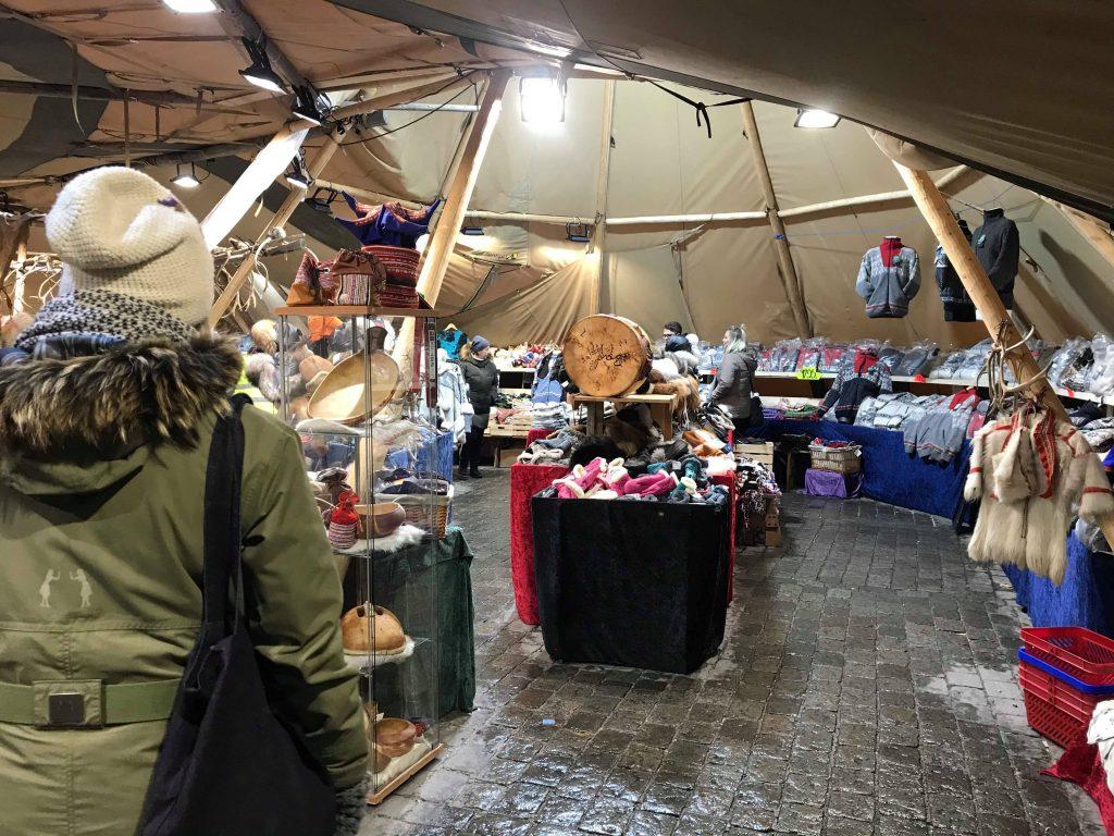 サーミ人の民芸品を販売