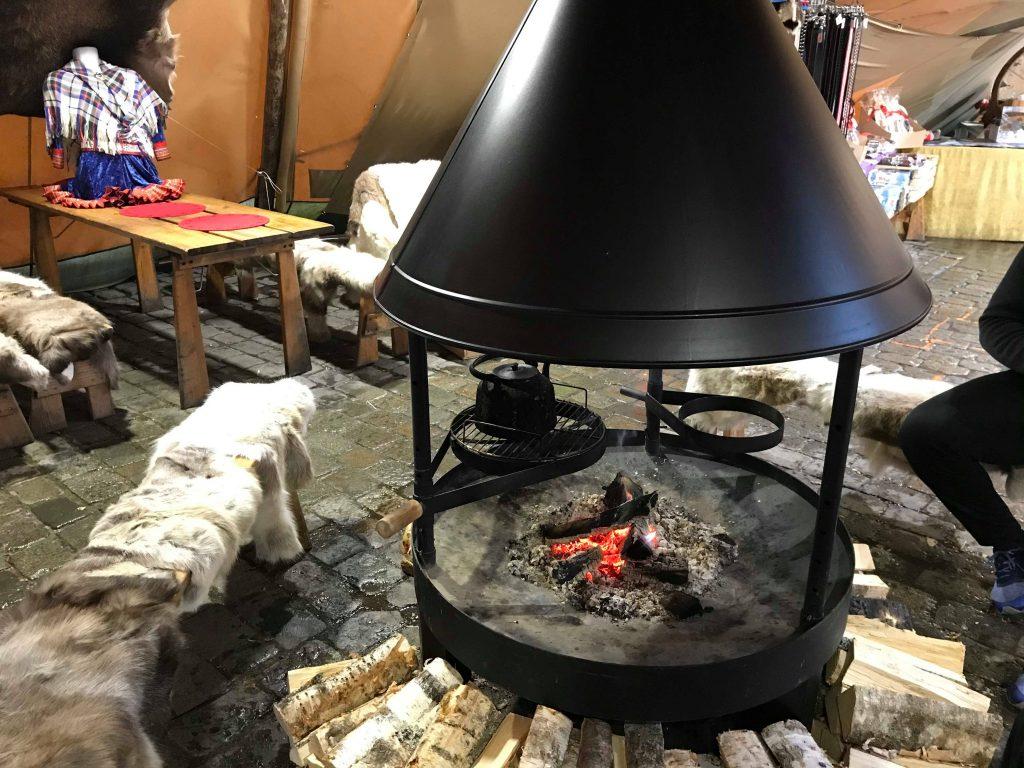 屋内暖炉とトナカイの毛皮